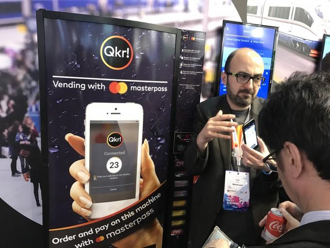 마스터 카드가 선보인  스마트폰을 활용한 오프라인 간편결제 서비스의 시현 모습. - 필자 제공